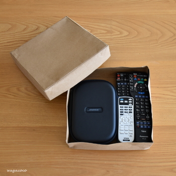 リモコンやヘッドフォンなどをひとまとめにしてボックスにイン。フタ付きなので中が見えずスッキリ。ウォッシャブルペーパーでできた味わい深いボックスなので、リビングに置いてあるだけでサマになります。