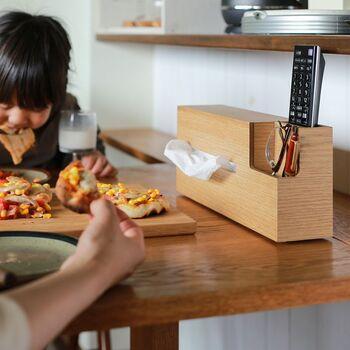ごちゃつきがちなリビングのテーブルも、これひとつでスッキリ。必要なものをひとまとめに収納できて機能的ですね!