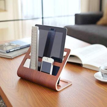 こちらは幅広タイプでタブレットも収納できる優れもの。天然木の温かみのある質感にモダンなデザインが映え、リビングに置いてあるだけでまるでオブジェのよう。