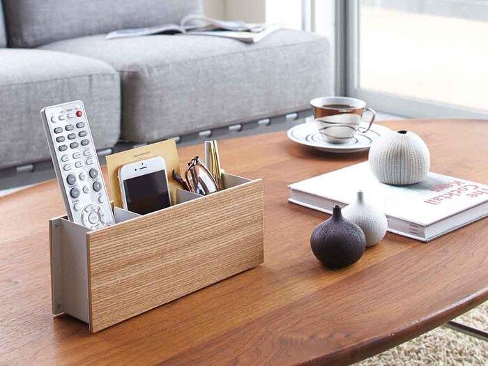 リビングのテーブルの上にリモコンスタンドを置いて、リモコンを収納。スマホやメガネ、筆記用具なども一緒に収納できるから機能的ですね。