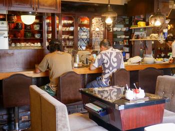 ソファ席には、ゲーム機のテーブルも!昔の喫茶店では珍しくない光景も、今改めて見ると新鮮です。