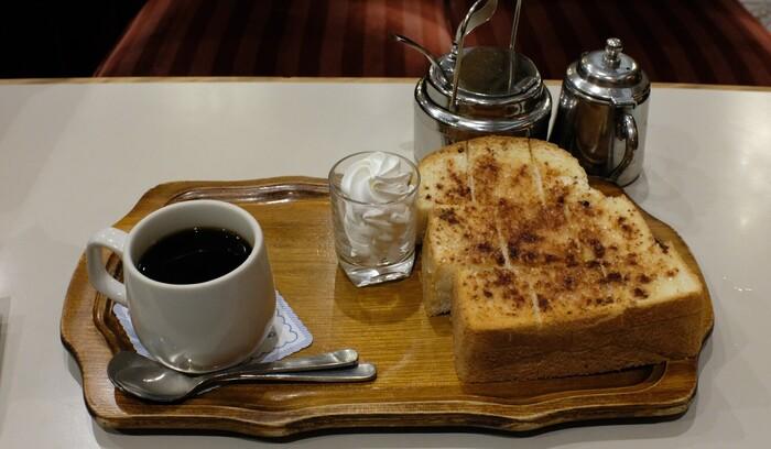 厚切りふわふわのシナモントーストにコーヒーを合わせて。フレッシュなホイップクリームが贅沢です。