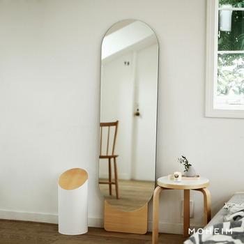 フレームのない鏡は、壁に溶け込むようなミニマムなデザイン。ゆるやかな曲線が柔らかな印象を与えてくれます。木の土台がナチュラルなアクセント。デザイン性が高い姿見は、お部屋を洗練された雰囲気にしてくれそうですね。
