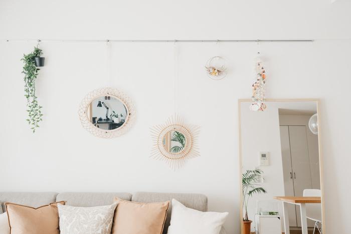 ラタンミラーと姿見、計3つの鏡を飾っています。ミラーに映りこんだグリーンがまるで額に入ったアートのよう。デザインが違っても同じ素材でまとめることで統一感があります。鏡を上手く活用した真似したくなるアイデアです。