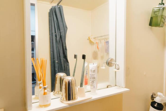 お手持ちの鏡にひと手間加えて使いやすくしてみませんか?こちらは鏡の周りに木材で枠を作って棚付きに。歯ブラシやコップの置き場ができ機能的に生まれ変わりました。