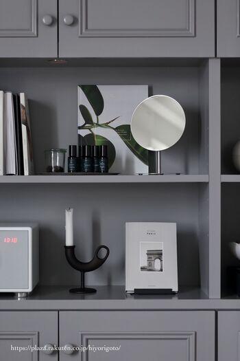 素敵なデザインの鏡は、雑貨のように飾るのもおしゃれ。デスク脇や棚上など、他のアイテムと統一感を持たせて感覚でいろんなディスプレイを楽しんでみましょう。