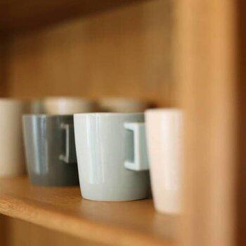 しっかりとした厚みが特徴の、陶磁器マグカップ。デザイン・サイズは、取っ手付きの200mlマグカップと、取っ手なしの250mlマグの2種類です。カラーは男性でも使いやすい、グレー、ブルー、クリームの3色から選べますよ。