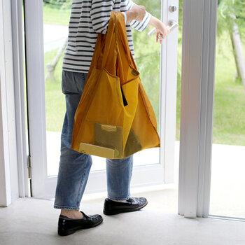 買い物をした時のエコバッグとしてだけでなく、サブバッグやアウトドアなど、さまざまな場面で活躍してくれます。コンパクトに畳めて、実用性抜群!