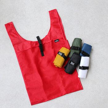 6色展開の、カラフルでシンプルなエコバッグ。2Lのペットボトルが6本入るほどの大容量なので、日常使いにぴったりなアイテムです。