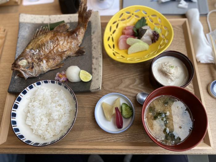 高級魚であるのどぐろの塩焼きがメインの御膳は、つやつやの新潟産コシヒカリや小お刺身、小鉢がセットになっています。焼きたてのお魚と白米の組み合わせは、和食の神髄ですね。器にもこだわっていて、目でも楽しめますよ。