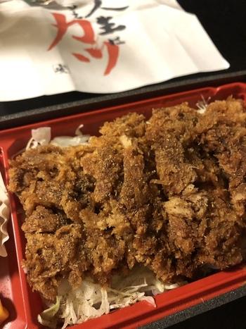 お店の味をお持ち帰りできるテイクアウトも。ランチをいただいている間に注文しておくとスムーズですね。新潟の名物「ソースカツ弁当」や、旨みたっぷりの「きんぴら牛蒡飯」などが人気ですよ。