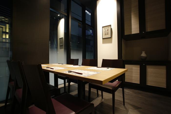 銀座一丁目駅からすぐのところにある「上越やすだ」は、新潟の食材を使ったお料理が評判の和食店。カウンターやテーブル席のほか、2名から使える12つの個室と半個室があり、いろんなシーンにおすすめ。しっとりとした和空間で、優雅なランチを楽しんでみませんか?