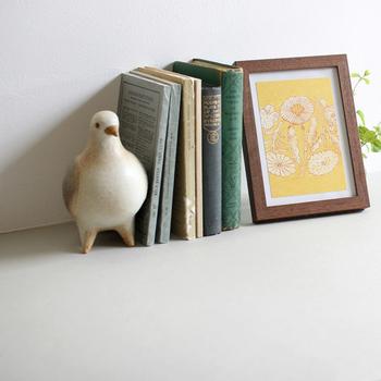 ポストカードをフォトフレームや額縁に入れて飾れば、お部屋の一角がミニギャラリーに。お気に入りの雑貨と共に、チェスト上にさり気なくディスプレイしすると素敵です。