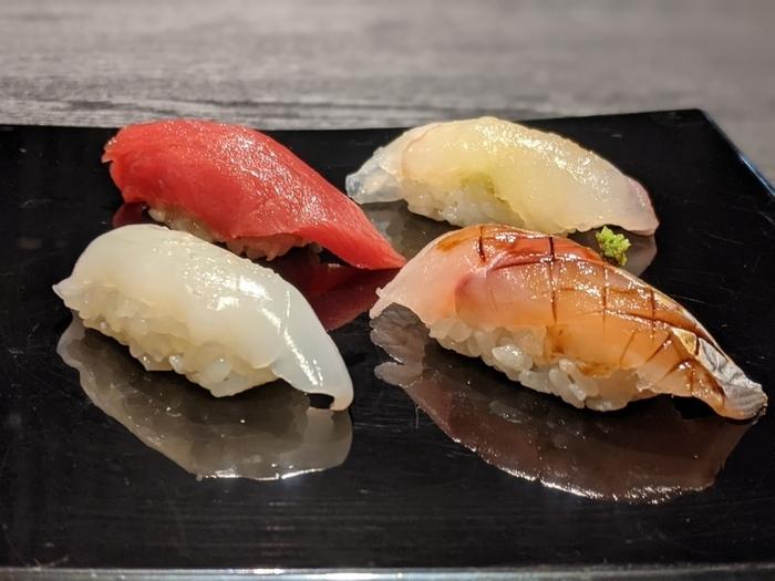 ランチは「おまかせランチコース」と「おまかせ握りランチコース」の2種類で、どちらも握りが12貫以上いただけます。名店で腕を磨いた職人さんが握るお寿司は、厳選食材の味が活きていてどれも絶品。