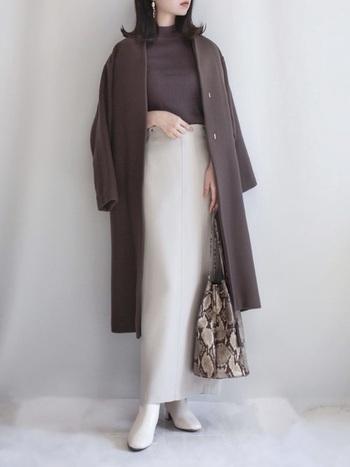 白のロングタイトスカートに、「GU(ジーユー)」のブラウンニットを合わせたコーディネート。アウターもブラウンで色を揃えて、上品にまとめています。スカートをハイウエストで着こなすことで、脚長見え効果も◎