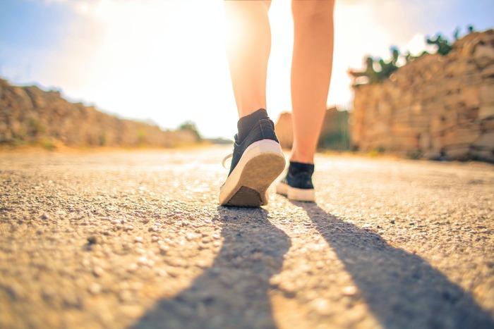 太陽を浴びるためにも、ウォーキングや散歩など日常に軽い運動を取り入れると良いでしょう。屋外に出るのが難しいときは、ストレッチなど室内でできる軽いエクササイズを行うと良いでしょう。