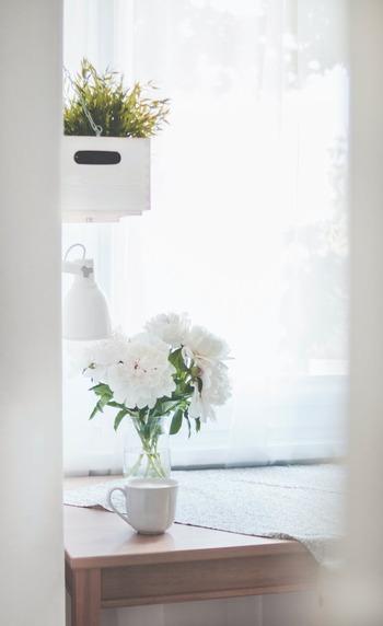 体内時計の乱れを防ぐため、重要なのは朝。毎朝決まった時間に起き、カーテンを開けて朝日を浴びるようにすると体内時計をリセットできるといわれています。起床前に太陽の光が自然に入るように、寝る前にカーテンを少し開けておくのもおすすめです。