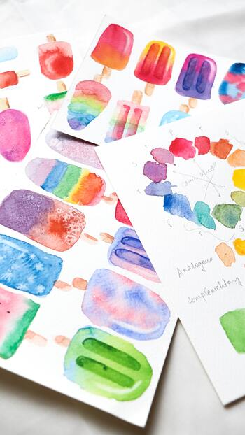 無地や余白が広めのポストカードに、文字やイラストを足してコラボレーションを楽しむのもおすすめ。水彩絵の具の淡い色合いがポップで優しい雰囲気です。