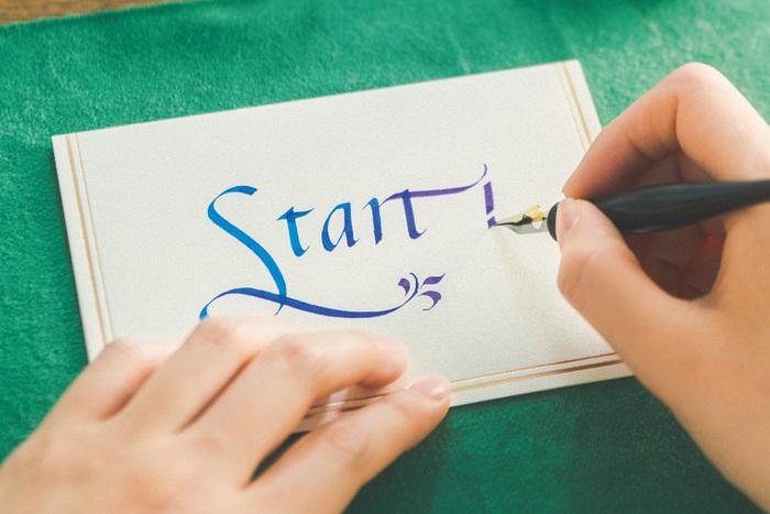 無地のポストカードに、カリグラフィーを添えるのも素敵。好きな英単語をアートな文字で表現してみましょう。