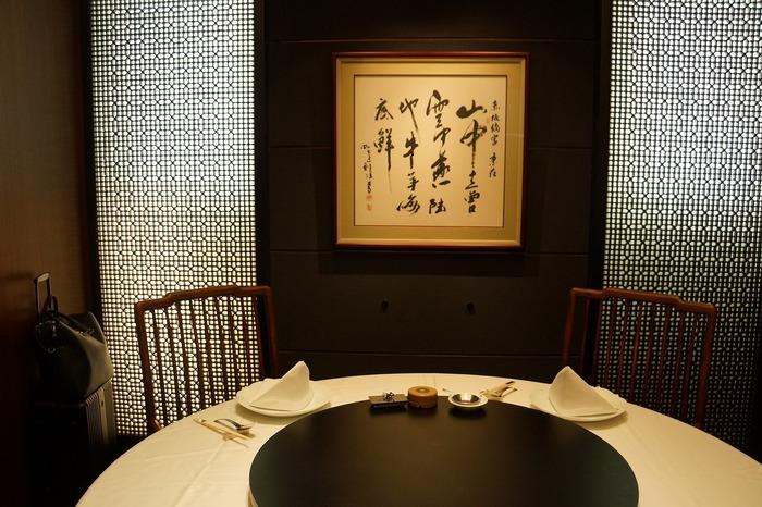 シックなカラーを基調とした個室は、モダンで落ち着いた雰囲気。円卓を囲みながら、絶品中華を味わえます。