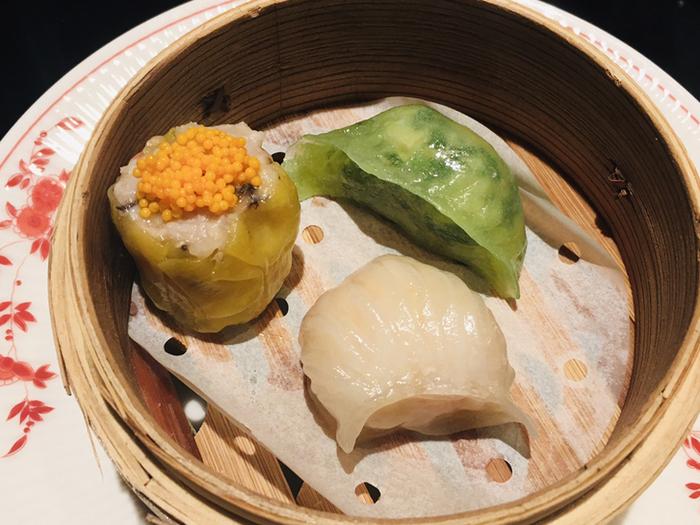 コース料理のひとつ「香港蒸三品(本日の蒸し点心三種)」は、もちもちの皮に豚肉やエビの旨みがぎゅっと詰まっています。食感の違いや見た目の美しさも同時に楽しめると評判。
