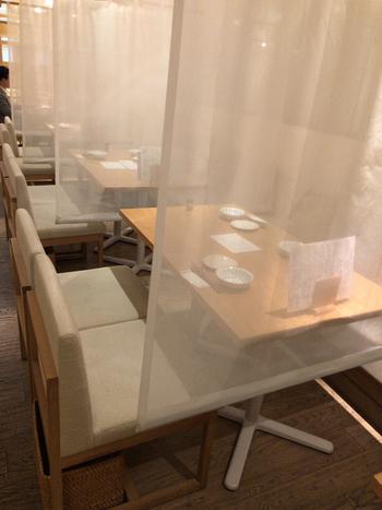 テーブル席も間にカーテンがあるので、個室感覚で利用できます。ほかにも、小上がりやボックス席もありますよ。
