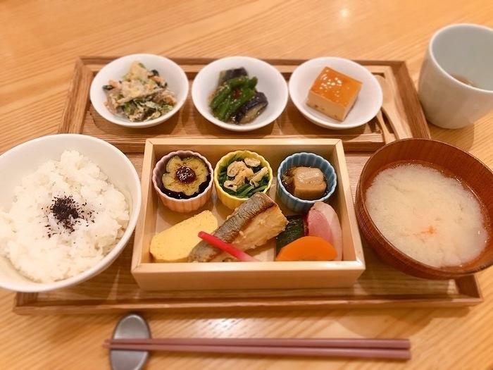 京都の家庭料理をメインにした「おばんざい箱御膳」には、お肉やお魚、お野菜の料理が彩り良く盛り付けられています。いろいろなものを少しずつ食べたい女性にうれしいですね。