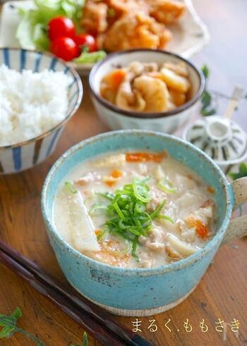 大根や人参など身近な野菜と豚肉を使って、体が芯から温まる粕汁はいかが?寒い季節の定番になる昔ながらの汁物です。