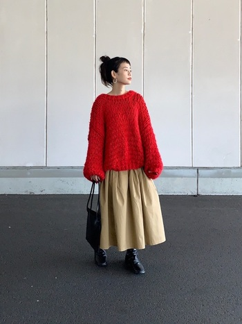 ベーシックカラーのボリュームスカートは、着こなしの雰囲気をやわらかく&親しみやすくしてくれるのがメリット。華のある主役級トップスと合わせると、その良さを発揮します。