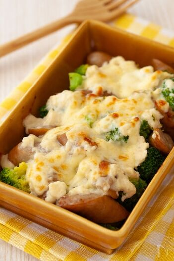酒粕に豆乳を合わせた簡単なホワイトソースを、ブロッコリーやウインナーなどにかけてトースターで焼くだけ。朝食にもおすすめの手軽な一品です。