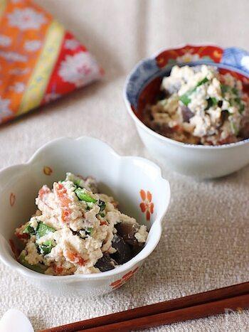 酒粕に木綿豆腐と調味料を加えてペースト状にして白和えに。このレシピのように和え衣に酒粕を加えるのも風味アップのコツ。ほんのり酒粕が香る上品な小鉢になります。