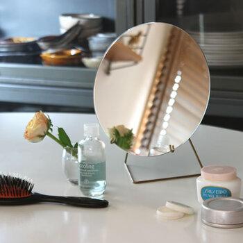 ワイヤーに鏡を立て掛けるタイプの卓上ミラーは、そのシンプルさが美しい。軽量なのでお部屋の移動もラクにできます。メイクアップの相棒にいかがでしょうか?