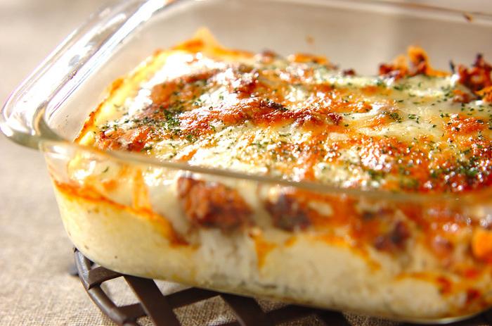 味の決め手は、酒粕とバターなどを使ったホワイト酒粕ソース。耐熱容器にご飯を入れて、サバの味噌煮(缶詰めでOK)をのせ、ホワイト酒粕ソースをかけます。最後にピザチーズをトッピングしたら、オーブンへ。こんがり焼き色が付けば完成です。