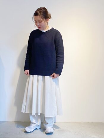 上半身がすっぽり覆われるトップスを重ねれば、ワンピースがスカートのようなルックスに。実は二着分のスタイリング幅を持たせられるのが、フレアワンピースのいいところ。