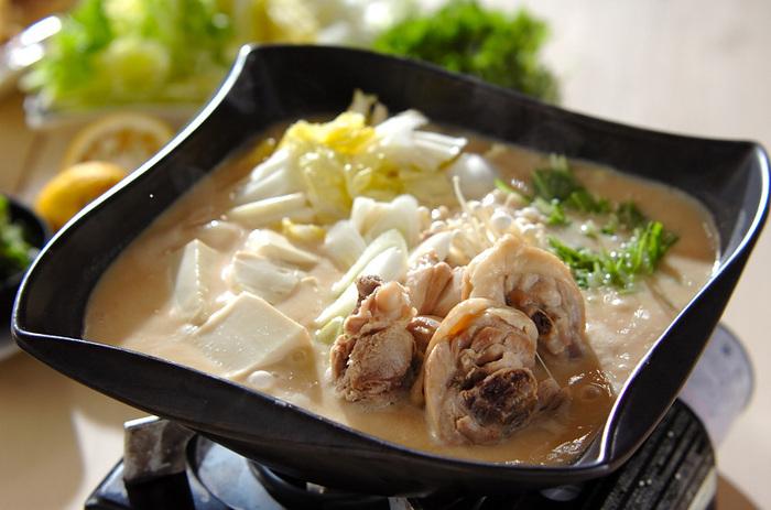 酒粕は、石狩鍋に入れることでも知られますが、鶏鍋にも合います。骨付きの鶏肉のだしがきいたスープに酒粕を加えてコクアップ。最後は、湯葉ご飯で上品に〆ます。
