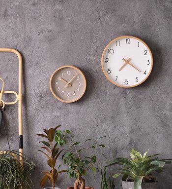 曲木を採用したシンプルなフレームと、温もりを感じさせる木製の針で作られた壁掛け時計。カチカチと音がしない仕様なので、夜中に時計の音が気になるという心配も必要ありません。盤面のカラーは、ホワイトとグレージュの2色展開。サイズもSとLの2種類から選べます。