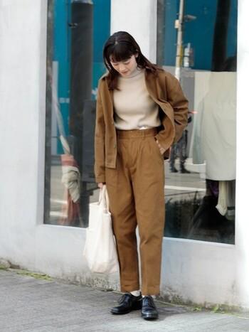 タックパンツと同じカラーのジャケットを羽織れば、マニッシュ感が出てセットアップ風の着こなしに。カジュアルに仕上げることで、多少質感や色味が異なっていても、それがおしゃれなポイントになります。