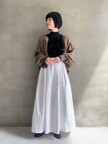 お食事の日やおめかししたい日には、タイトトップス×ボリュームスカートで美しいバランスを作って。軽羽織りをプラスすると品よく仕上がり、気になるタイト感もカバーできます。