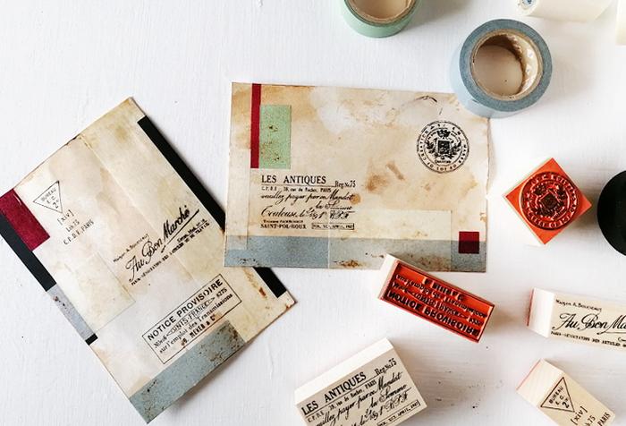 シンプルなデザインのポストカードにスタンプを押すと洗練された印象に。筆記体やエンブレム風のスタンプは、どこかアンティークのような雰囲気が漂います。