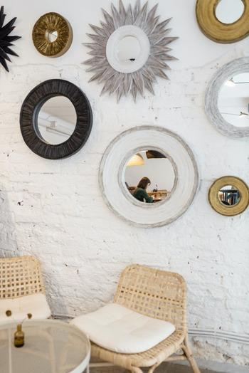 鏡をいくつか並べて飾ると、ウォールアートのようなおしゃれな印象に。同じ丸型でも大小サイズが違うだけで壁にリズムが生まれます。