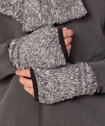 「Johnbull(ジョンブル)」のハンドウォーマーは、ファーみたいなボアが見た目から暖かそう。フィンガーレスのデザインですが、指の出る部分にリブがついているので、ズレにくくストレスフリーです。