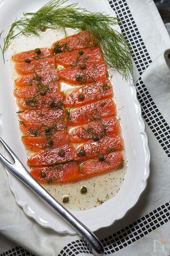 ヨーロッパではポピュラーな「ハーリング」をオイル漬けにした一品。ハーリングとはニシンの塩漬けのことですが、こちらのレシピではサーモンを使って酢漬けにします。パンに載せて食べるのがおすすめ!