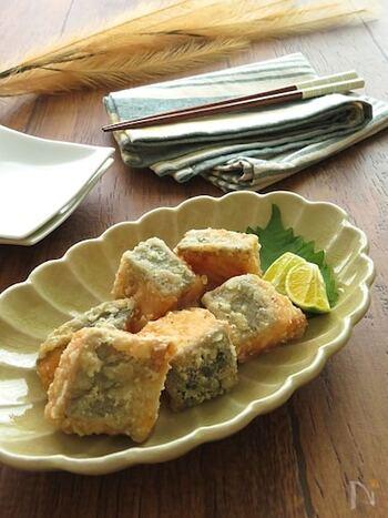 鶏肉やサバの竜田揚げが定番ですが、鮭で作ってもおいしい♪調味料に漬けてから揚げることで、しっかり味が付いてメインのおかずにぴったりです。お弁当に入れる場合、一晩漬けて翌朝揚げてもOK。