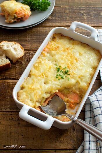 焼いてほぐしたサーモンと、レンジで作ったマッシュポテトを合わせたグラタン。チーズの焼き目が食欲をそそりますね。クリーミーなグラタンは、お子さんも喜ぶこと間違いなし!