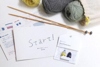 「DARUMA(ダルマ)」のスターターキットなら、色の組み合わせに悩む必要なく、トレンドのくすみカラーのハンドウォーマーが完成。毛糸だけでなく編み図や棒針など道具もちゃんとそろっているので、初めての方も安心して始められます。