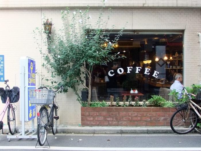 浅草、観音裏は、華やかな浅草寺の裏手に位置するエリア。地元の人が暮らす住宅地でもありますが、飲食店など伝統ある名店も点在しています。そんな中にあって、昔から変わらずマイペースに営業を続ける喫茶店「ロッジ赤石」。気取りがなく、アットホームな雰囲気が魅力的です。