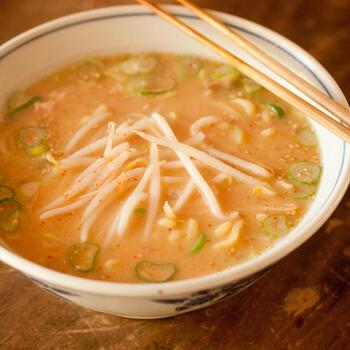 酒粕・味噌・ねぎ・しょうがなどを合わせたぽかぽかスープは、風邪気味のときなどにもおすすめ。市販の生ラーメンをアレンジして、簡単に美味しくできます。