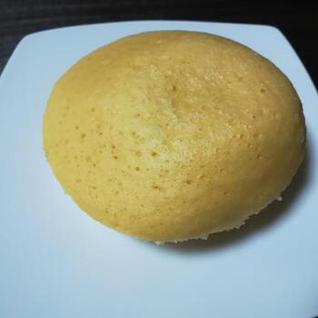 ホットケーキミックスを使い、電子レンジで簡単に作る酒粕の蒸しパン。コツは、熱湯で湯煎のようにすること。大きさの違う容器を2つ重ね、その間に熱湯を入れてレンチンすることで、ふっくら仕上がります。