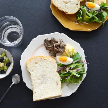 機能性はもちろんだけど、お皿の存在感や雰囲気を楽しみたい!と言う方には、縁に縁取りが施された個性的な白いお皿がおすすめ。マニカレット「ごちそう」と言う意味のこのお皿は、お花の様なカットがかわいい一枚で、毎日使うのが楽しくなりそうですね。