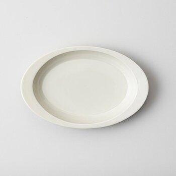 リブの幅は両サイドだけ幅広になったこのお皿は、ちょっと持ち手の様にも見えてスタイリッシュな印象に。実際に、運ぶ時に持ちやすいのも大きなメリットです。